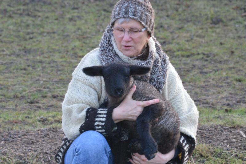 Gabirela Pohl mit Lamm